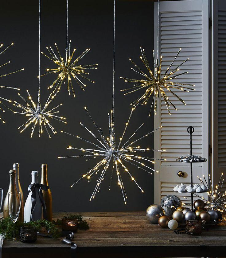 Fireworks er vakre hengende dekorasjoner i gull eller sølv med små LED lamper som gir et gnistrende skinn. De er utrolig fine å ha fremme både til hverdags og fest og passer både utendørs og innendørs.