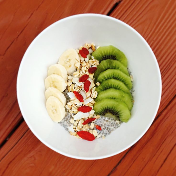 It's a great day for a long run, and this is how I fueled up vegan style!  Chia Oatmeal Breakfast Bowl. Overnight almond chia oats, muesli, kiwi, banana, and goji berries. 🏃🏻‍♀️🌱🍨🍌😋