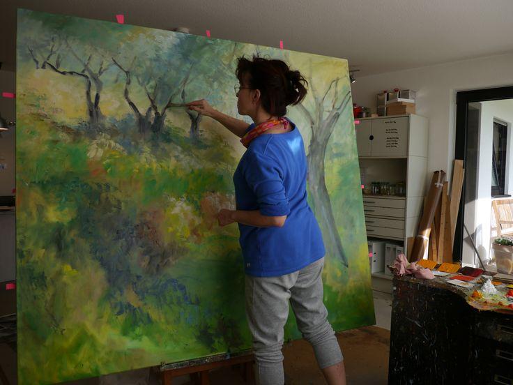 """Künstlerin bei der Arbeit  :) Hier male ich gerade an dem 160 x 180 cm großen Ölbild  """"Olivenbäume mit Iris"""", welches in Rheinbach auf der Ausstellung zu sehen war. Mehr Gemälde findet ihr unter: www.ute-herrmann-kunstmalerin.de"""