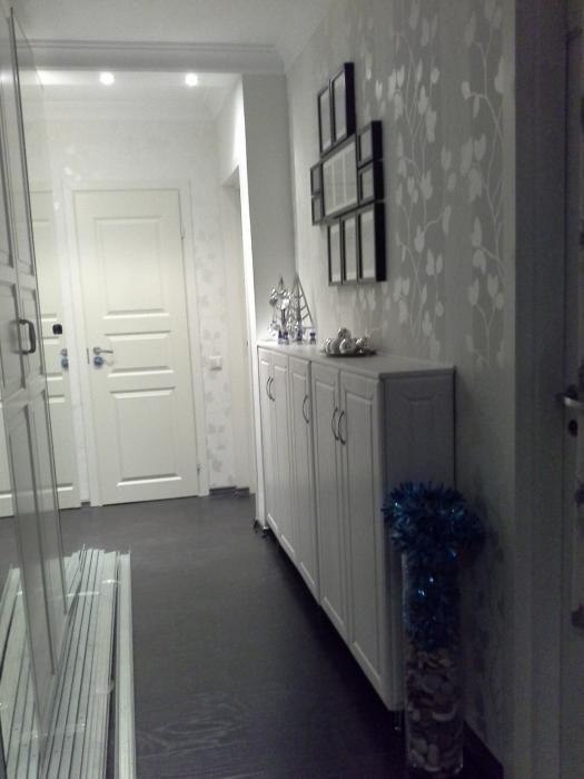 Правая стена коридора с узким и длинным шкафом, который делали на заказ вместе с пеналом. Коллаж из фоторамок подобрали в Икее.