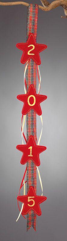 www.mpomponieres.gr Χριστουγεννιάτικη γιρλάντα από τσόχα για πόρτα ή τοίχο και κεντημένο το 2015 στα αστέρια όπου είναι κολλημένα επάνω σε φαρδιά καρώ κορδέλα.Οι διαστάσεις της γιρλάντας είναι 60 Χ 7,5 cm . Όλα τα χριστουγεννιάτικα προϊόντα μας είναι χειροποίητα ελληνικής κατασκευής και μπορεί να γίνει όποια αλλαγή θέλετε. http://www.mpomponieres.gr/xristougienatika/girlanta-gia-ta-xristougena-me-kentimeno-to-2015.html #burlap #christmas #ornament #felt #stolidia #xristougenniatika