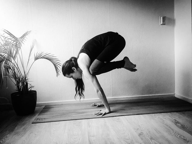 I have to cram work, so no pose for Carmen. #bakasana from yesterday instead. #yoga #yogi #yogagram #fitness #fitgirls #armbalance #crowpose #cranepose #blackandwhite in #blackandwhite in phlow
