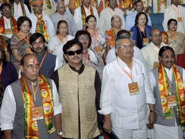 गृहमंत्री राजनाथ सिंह और भाजपा सांसद शत्रुध्न सिन्हा भी महानगर टेलीफ़ोन नगर लिमिटेड (MTNL) के डिफ़ॉल्टर हैं । महानगर टेलीफ़ोन नगर लिमिटेड (MTNL) द्वारा जारी बकायादारों की लिस्ट में देश के गृहमंत्री राजनाथ सिंह से लेकर भाजपा के कई बड़े नेताओं के नाम शामिल है