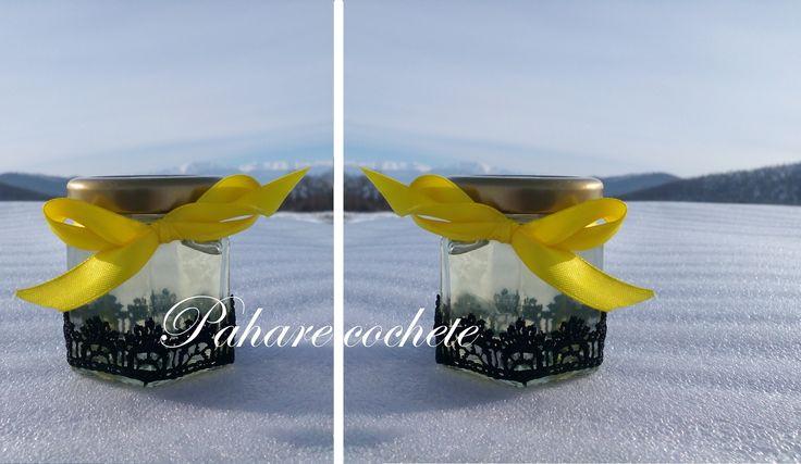 Borcane cu miere sau bomboane de ciocolata. Acestea pot fi accesorizate in functie de tematica nuntii.