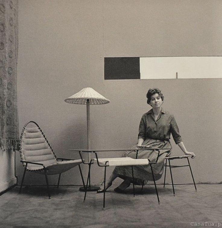 Wystawa w warszawskiej Zachęcie. Fotel, stolik i lampa projektu A. Kowalskiej, 1958