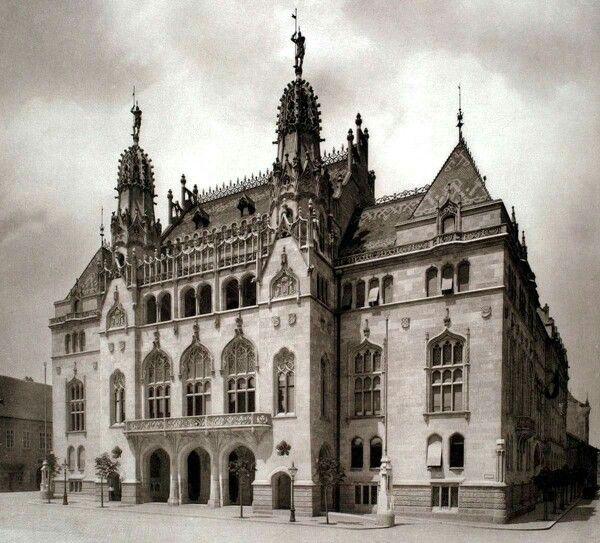 A Pénzügyminisztérium épülete a Szentháromság téren 1906 körül.  Az épületkomplexum ezen kisebb főhomlokzat után szinte egy egész telektömbnyi területű, mely a tetőgúlák kivételével megmaradt.