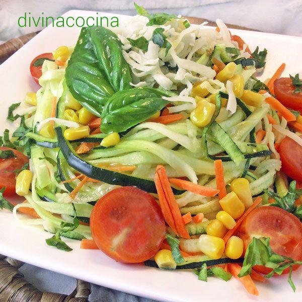 Esta ensalada de calabacín con vinagreta fresca se puede preparar con albahaca o cebollino, y también con hierbabuena. Se sirve con las verduras crudas