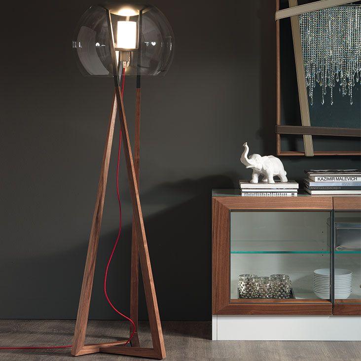 Lampada compass CATTELAN.  Lampada da terra con struttura in legno noce Canaletto o rovere bruciato e acciaio verniciato graphite opaco. Paralume in cristallo trasparente.
