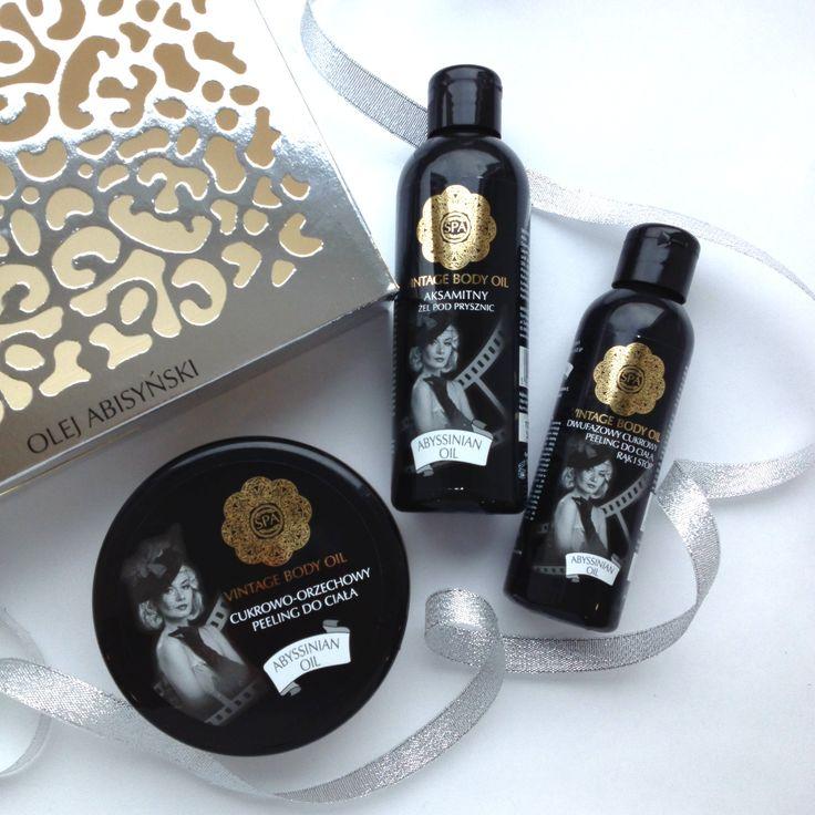 Zestaw kosmetyków do pielęgnacji ciała z olejem abisyńskim składający się z peelingu cukrowo-orzechowego, żelu pod prysznic i peelingu dwufazowego do kolan, łokci, rąk i stóp. Całość zapakowana w eleganckie opakowanie.