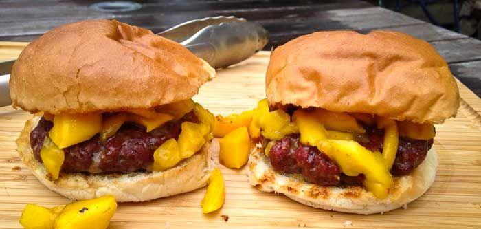 Mexicaanse hamburger met gegrilde mango is een variant op de aloude hamburger. Een beetje meer pit en toch ook lekker fris door de mango.