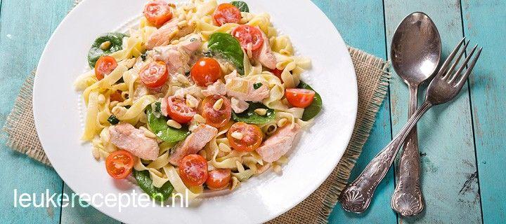 Snel en makkelijk een heerlijk pastagerecht op tafel met zalm en spinazie in een romige saus