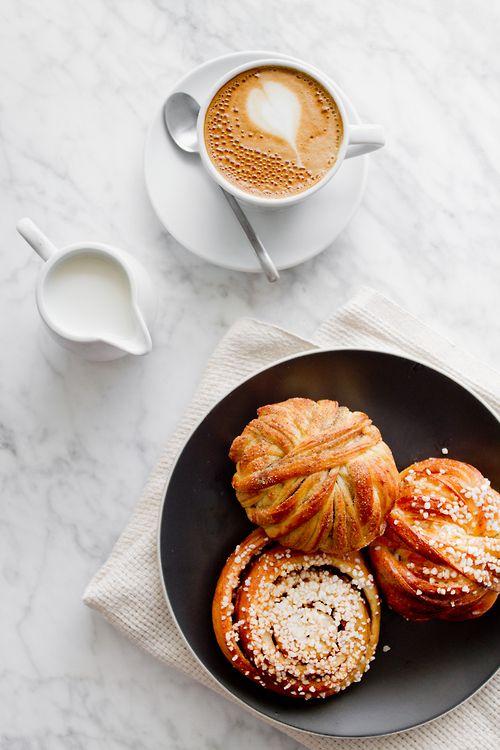 Bien commencer sa journée avec un merveilleux ptit déjeuner, des croissants bien chauds, et un bon café...