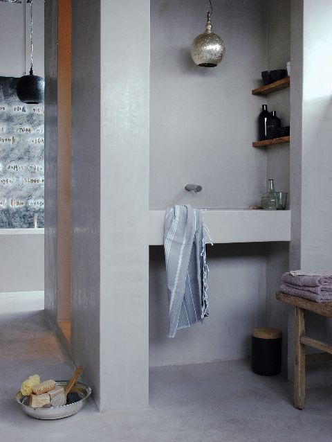 Deze prachtige wastafel is van tadelakt van Carte Colori. De vloer, wand, wastafel en douche kunnen allemaal opgetrokken worden in tadelakt, een eeuwenoude Marokkaanse stuctechniek. Wij zijn specialist in het aanbrengen van tadelakt en nog vele andere beton en steenlook stucwerk. www.betonlookdesign.nl www.molitli.nl