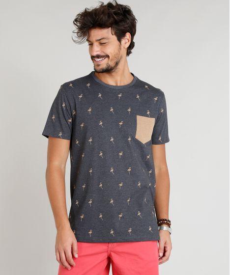 cfbb4f2f585aa Camiseta masculina desenvolvida em malha mescla. É estampada de flamingos.  A parte frontal tem