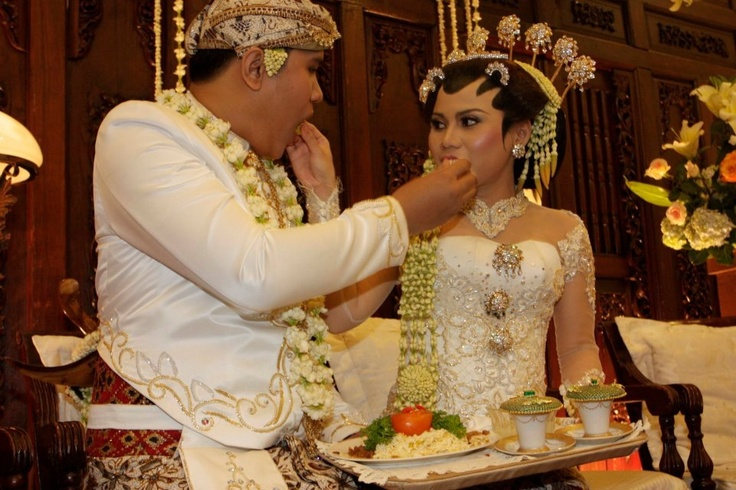Javanese traditional wedding procession, Dahar klimah, each feeding one another that symbolizes the bride and groom will live together in difficult and fun.