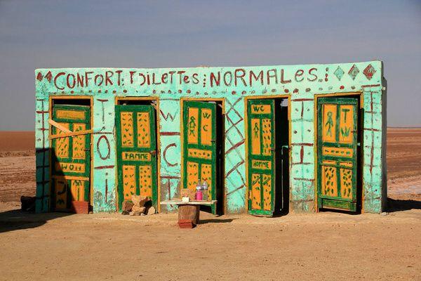"""Confort Toilettes Normales: """"Confort Toilettes Normales"""" Ces toilettes au sud de la Tunisie, à Chott el Djerid, annoncent clairement la couleur avec une signalétique on ne peut plus claire. L'histoire veut que le grand lac salé à proximité de ces commodités aurait servi de lieu de tournage à la saga Star Wars originale, notamment pour être le domicile de la famille Lars et d'Anakin Skywalker."""