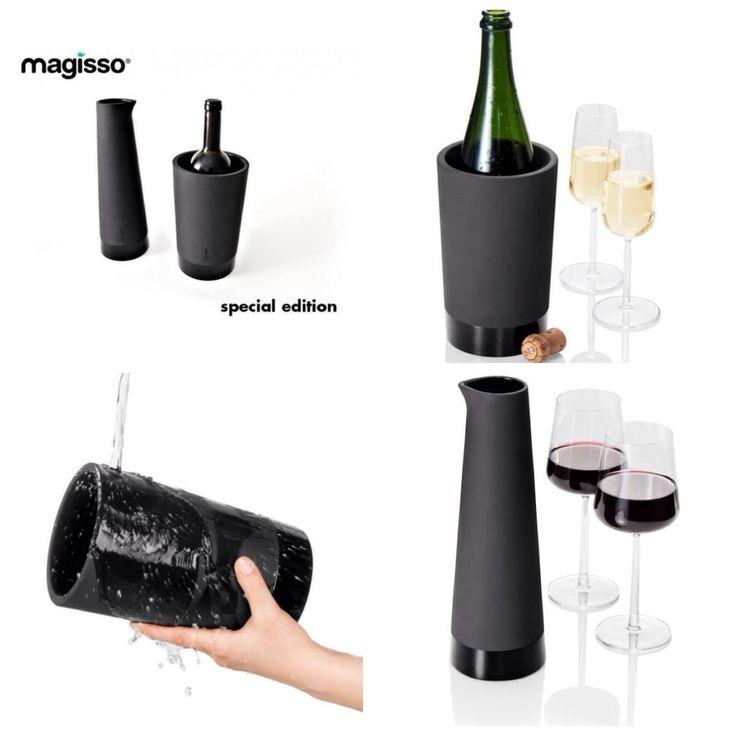 """""""Cool"""" in vele opzichten, deze nieuwe Karaf en Wijnkoeler van Magisso. Gemaakt van Terracotta in een mooie matte zwarte kleur.  Houd de karaf onder water of onder de kraan en het materiaal absorbeert het water. Deze Karaf zorgt er dan voor, dat door de verdamping via de wanden een natuurlijke koeling ontstaat van uw wijn of water. De binnenkant van de Karaf is geglazuurd zodat uw wijn niet in de wanden verdwijnt."""