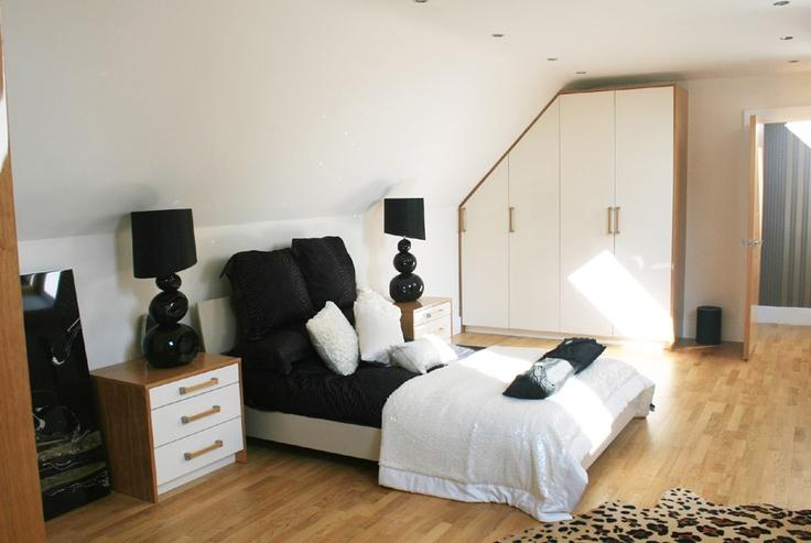 Bespoke bedroom furniture in cream high gloss lacquer and oak veneer.