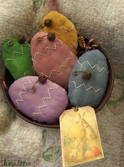 These painted primitive Eggs are great inspiration. I love the rusted pin and bell with the zig zag design. I just adore these and can't wait to try making some on my own! (harvestmoonprims)