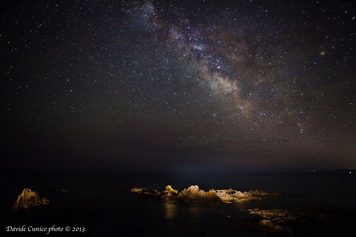 Porto Corallo in notturna con la via Lattea