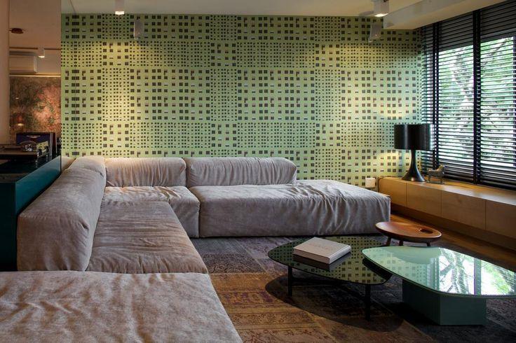 O tecido verde da Casa Rima colore e o tapete persa tingido de cinza aquece o ambiente Foto: Eduardo Aigner, divulgação