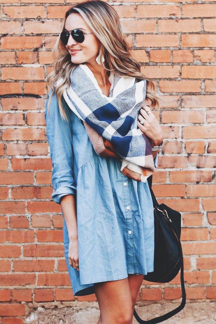 Нынче модно играть на контрасте: легкое платье-рубашку сочетать с крупным вязаным панно
