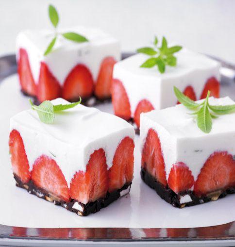 Erdbeer-Frischkäse-Torte und viele weitere leckere Beerenkuchen: http://www.essen-und-trinken.de/beeren/backen-mit-beeren-1015646.html?image=12=1004698