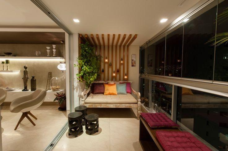 Com as salas e varandas cada vez mais compactas, projetadas para famílias cada dia menores, uma boa ideia é integrar esses dois espa...