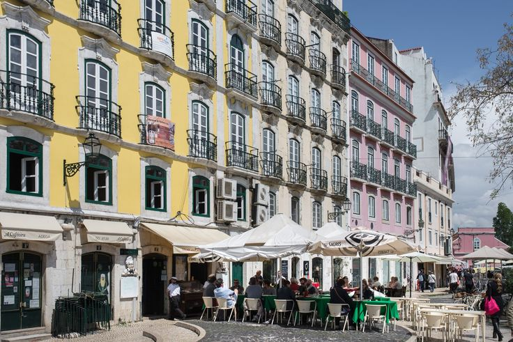 Découvrir le quartier de l'Alfama à Lisbonne | Via Miles and Love Blog | 13/05/2015 L'Alfama c'est LE quartier typique de Lisbonne. Le quartier que tout le monde a dans la tête en pensant à cette ville, le quartier où tu peux te perdre durant des heures jusqu'à ne plus savoir où tu es, tout en découvrant à chaque fois des ruelles ou recoins sur lesquels tu n'avais pas encore posé le regard. Et le quartier dont on pourrait parler des heures. Retour sur le quartier le plus mignon de la…