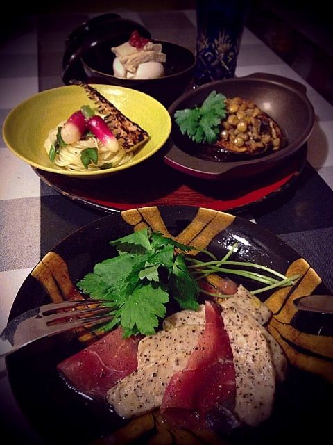 先日錦市場で買った京の材料でイタリアン。  ストレートな食べ方を堪能した後はアレンジして食べたくなり作りました。 #黒胡椒生麩と生ハムの前菜 #生湯葉と豆腐の紫蘇ジェノバソース #浅漬け冷製カペリーニ #賀茂丸茄子のレンズ豆グリル  京素材はイタリアンにもよう合わはるわぁ - 178件のもぐもぐ - 京素材× Italian by romie