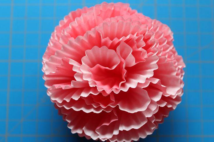 Aus Muffin-Förmchen aus Papier lassen sich ganz einfach dekorative Blüten basteln, die eine schöne (Party-)Deko abgeben. http://www.arsverae.blogspot.com