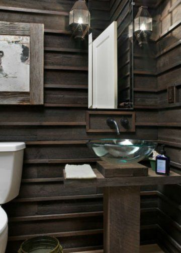 Drewniana ściana w łazience jest alternatywą dla opatrzonych już w tym pomieszczeniu płytek ceramicznych