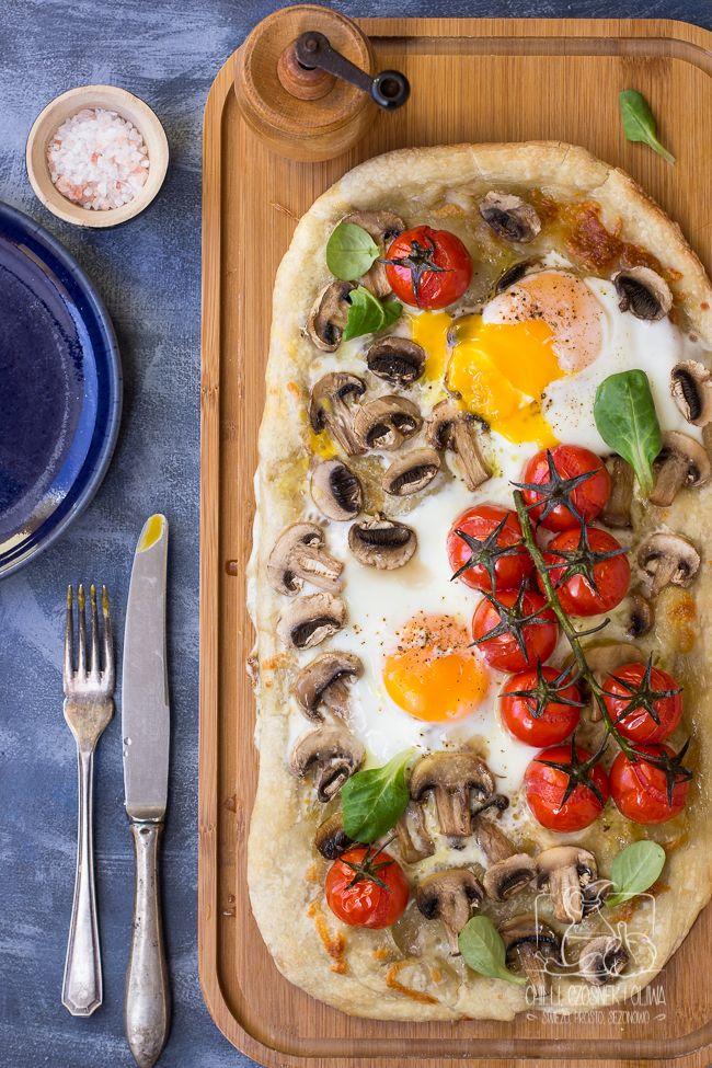 Pizza śniadaniowa czyli pizza z jajkiem. Z serem, pieczarkami i pomidorkami. Czy możecie sobie wyobrazić lepsze śniadanie?