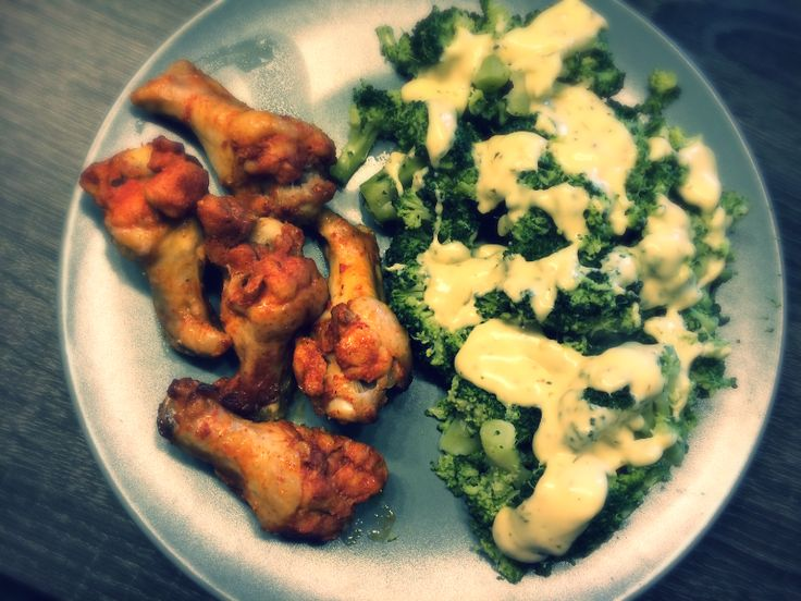 Ingrediënten   2 stronken broccoli  500 gr gekruide kipvleugels  125 ml slagroom  20 gr roomboter  Provencaalse kruiden  1 tl M...