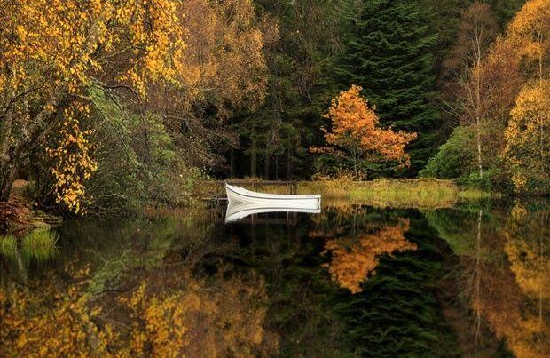 Merrifield é fascinado por regiões ao norte da Grã-Bretanha, em especial a Escócia, onde, segundo ele, é mais fácil flagrar o ''esplendor do outono''. Esta imagem foi feita no Lago Glencoe, nas Terras Altas da Escócia (Foto: Roger Merrifield/Barcroft Media)