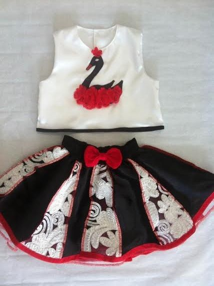 Komplet sukňa s topom... Trojvrstvová suknička pre malé slečny 2-3 roky, v páse guma.. Topík vpredu našitá aplikácia, vzadu zapínanie na 4 gombíky.
