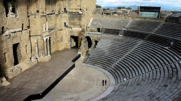 Los teatros romanos al principio estaban hechos de madera, al finalizar la función desarmaban el teatro. Luego los empezaron a construir de piedra y a estos no los desarmaban después de la función. A diferencia de los teatros griegos (que utilizaban la ladera de la montaña para construir las gradas), los romanos construían todo el teatro. La función del teatro era representar tragedias generalmente griegas por los romanos. También tenía la función de entretener y distraer a la población