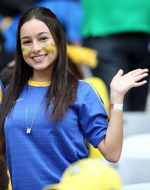 ブラジル対ドイツ キュートな笑顔を見せるブラジルの美女サポーター(撮影・狩俣裕三) ▼9Jul2014日刊スポーツ 美女 - 写真特集 ブラジルW杯 http://www.nikkansports.com/brazil2014/photogallery/bijo/f-sc-tp0-20140709-1331388.html #Brazil2014