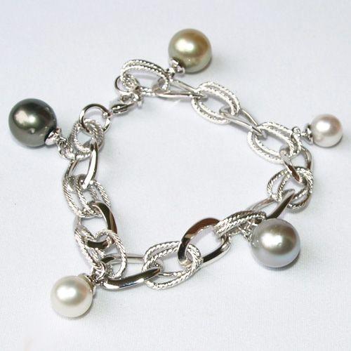 南洋白蝶真珠とタヒチ黒蝶真珠のチャームが 5個ついた、おしゃれなブレスレットです。13mmが1つ、12mm以上の真珠が2つと、大粒な真珠を使ってますので、とてもゴージャスです。テリがある美しい真珠達ですよ。