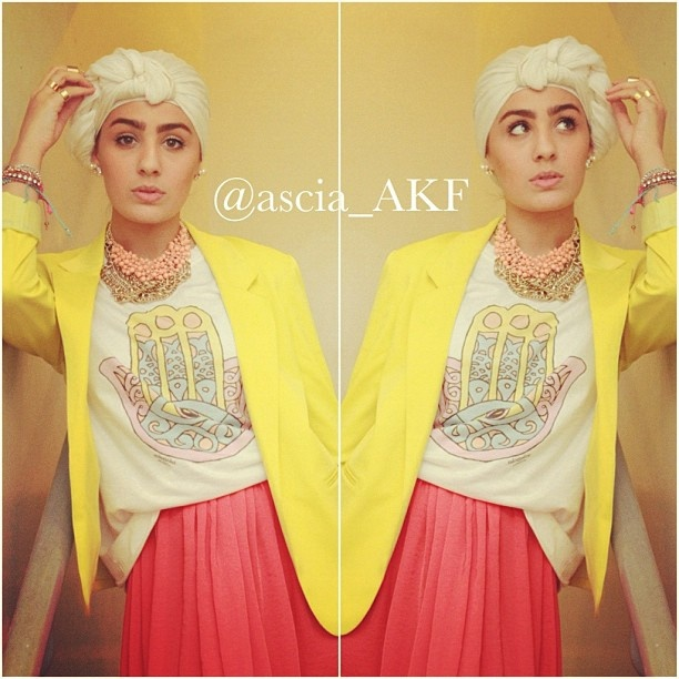 Ascia AKF, in a sunny and bright casual outfit