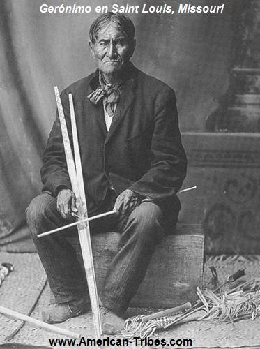 """El jefe indio Gerónimo, caudillo de la rebelión de los apaches chiricauas entre 1876 y 1886, recibió en 1904 la oferta de un comerciante de artesanía india para servir de reclamo publicitario en su stand en la Feria Mundial de Saint Louis. La presencia del apache fue un éxito, y un avispado editor de San Francisco le pagó 5.000$ por la exclusiva de sus aventuras, que se publicaron con el titulo de """"Geronimo, his own history"""". Con ese dinero compró unos acres de tierra y se instaló como…"""