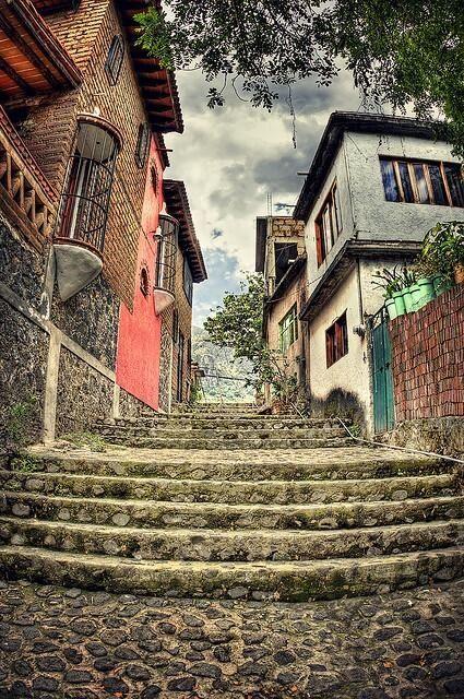 Las románticas callecitas coloniales de #Morelos, #Mexico. Paisajes asombrosos que se disfrutan de la mejor forma.