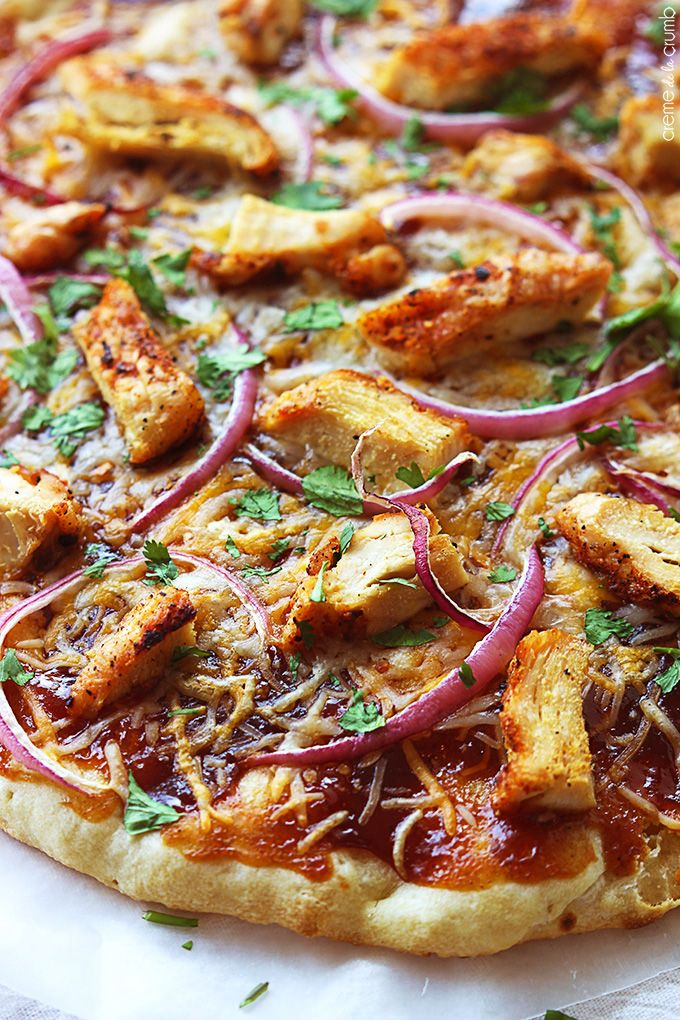 Easy and tasty bbq chicken flatbread pizza - comes together in just minutes and tastes better than a restaurant! | Creme de la Crumb