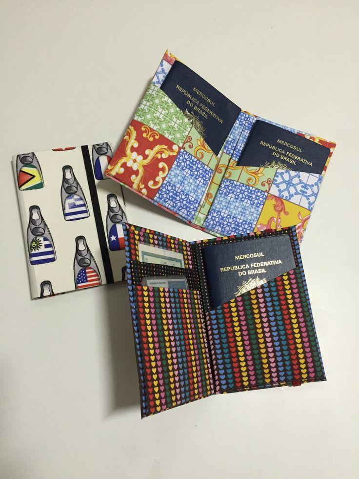 Porta passaporte feito em cartonagem forrado com tecido. Tem bolsos para guardar documentos ou dinheiro. Fecha com elástico grosso. Pode ser feito em várias estampas.