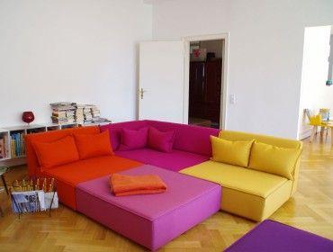 Divani colorati con isola inclusi cuscini intonati