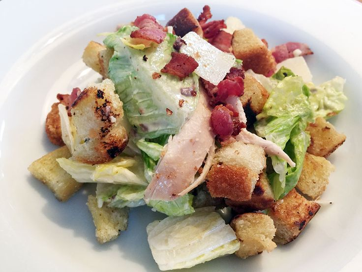 Ceasarsallad med kyckling, bacon och parmesan