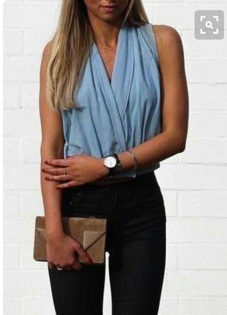 Blauwe mouwloze blouse voor de zomer.
