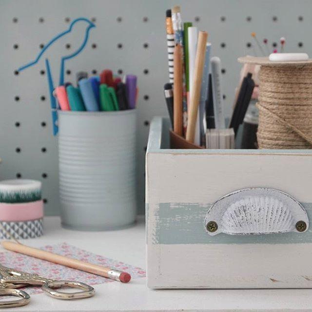 Hay nuevos cajoncitos en la #tiendaVP online ➡  Blancos con rayas + interior en celeste, rosa o gris. El único detalle son tiradores de aires vintage en los extremos. Para trasladarlos más fácil... pero básicamente porque quedaban lindos