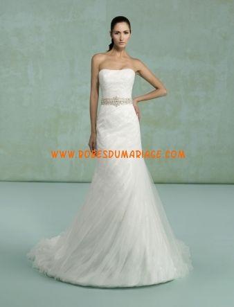 Kittychen sans bretelle robe de mariée glamour longue évasé ornée de ceinture tulle