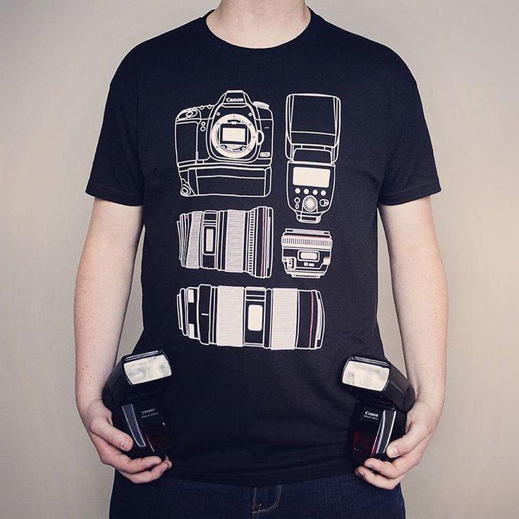Tacy jesteśmy Canonowi zboczeńcy, że chodzimy w koszulkach ze sprzętem, którego jeszcze się nie dorobiliśmy 😁😁 Polecamy najnowszy wzór! 😉 I przepraszamy Nikoniarzy, może dla Was też się w końcu coś znajdzie 😜  #camwear #foto #polishphotographer #polishphotography #photoequipment #canon #canonboy #canonshirt #lcoholic #photography #fotokoszulka #fotografia #sprzet #sprzecik #obiektywy #obiektyw #aparat #speedlite #canonlens